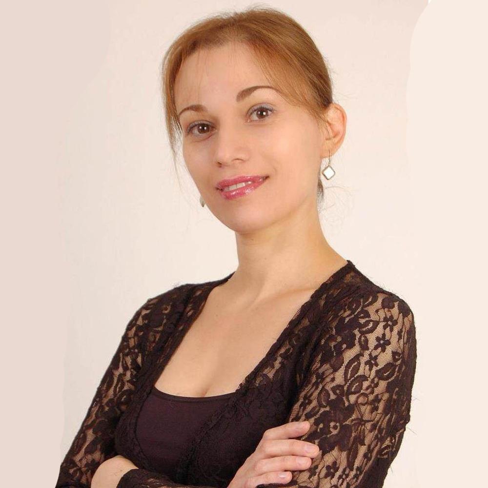 mujer de negro con brazos cruzados