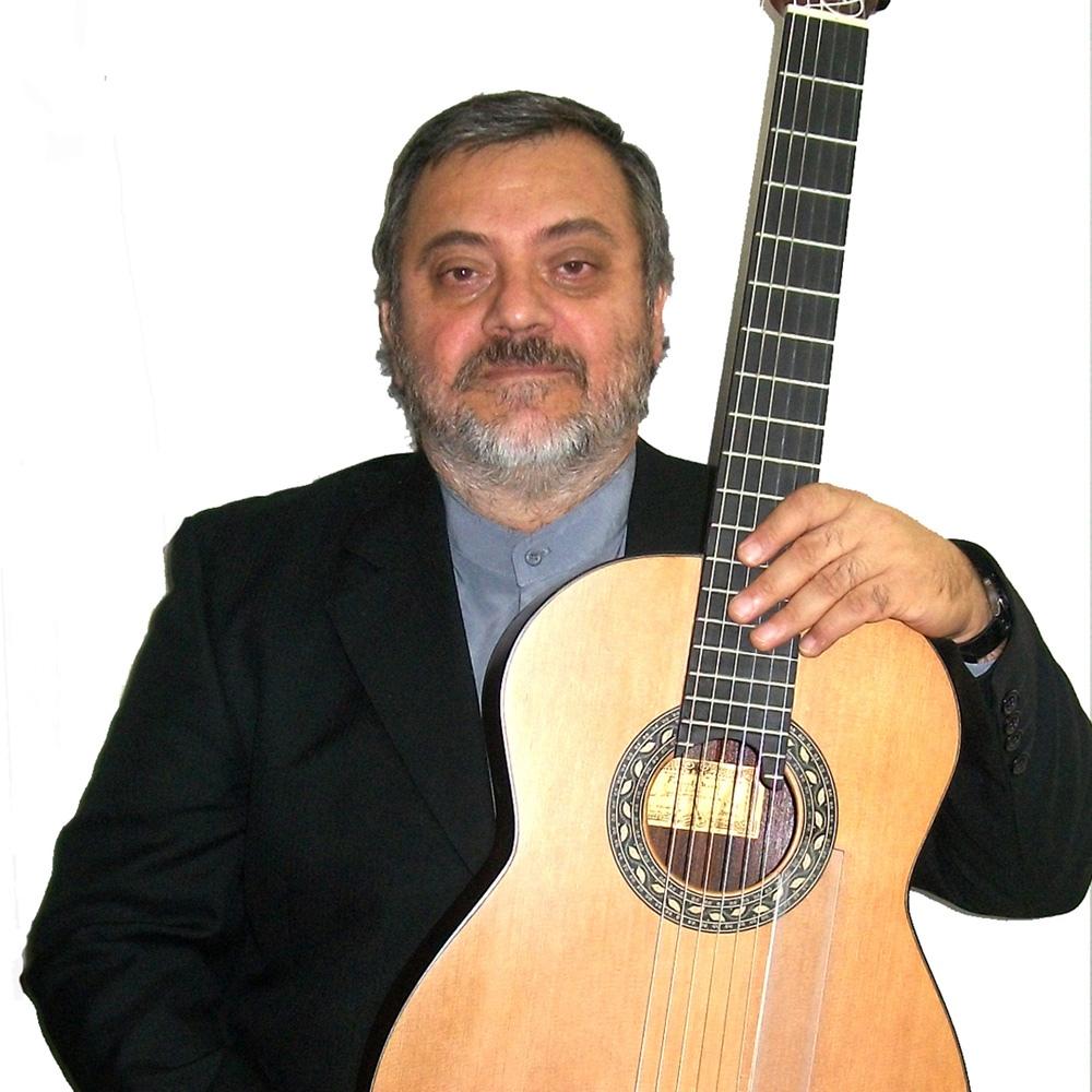 Guitarrista con guitarra sobre sus rodrillas