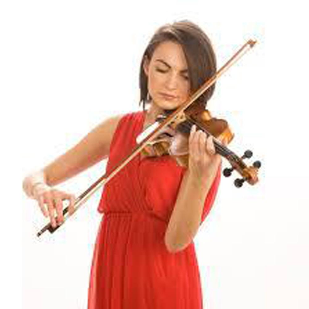 Mujer de vestido rojo tocando violín