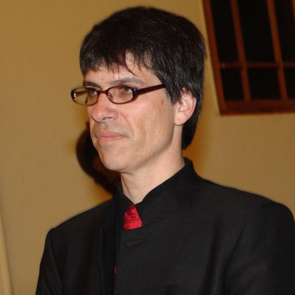 hombre con camisa negra y anteojos