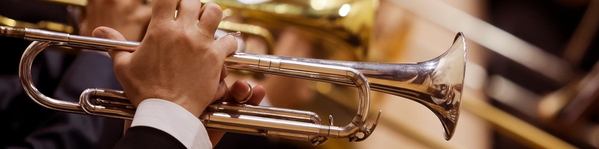 musicos tocando instrumentos de bronce