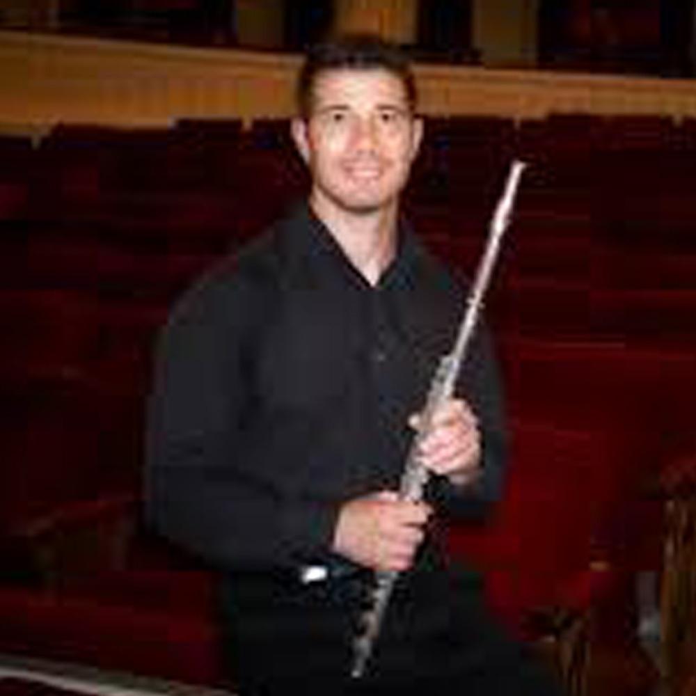 Hombre de negro con flauta traversa