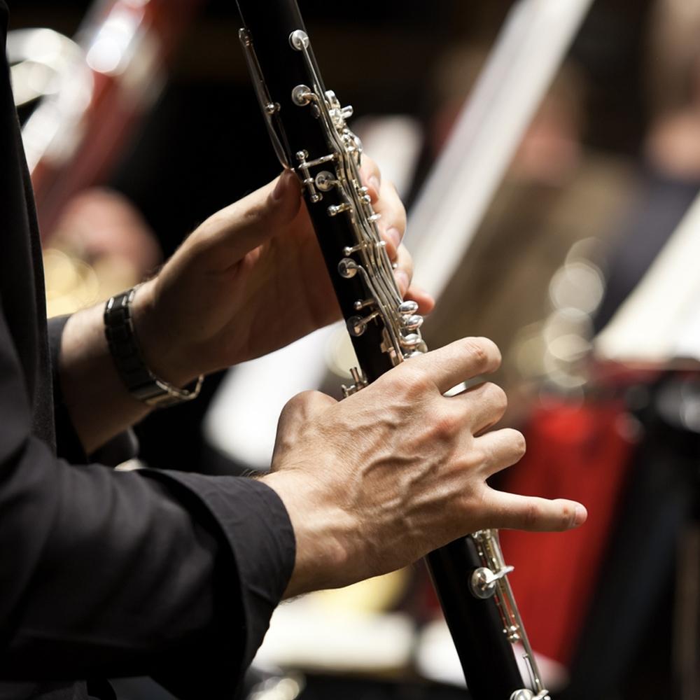 musico tocando clarinete