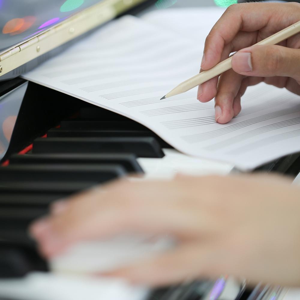 musico componiendo con piano