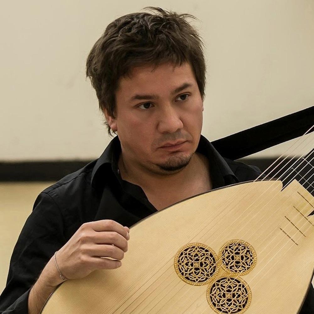 Hombre con instrumento de cuerda antiguo