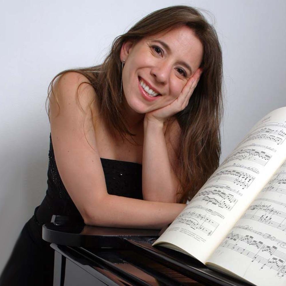 Mujer apoyada en piano