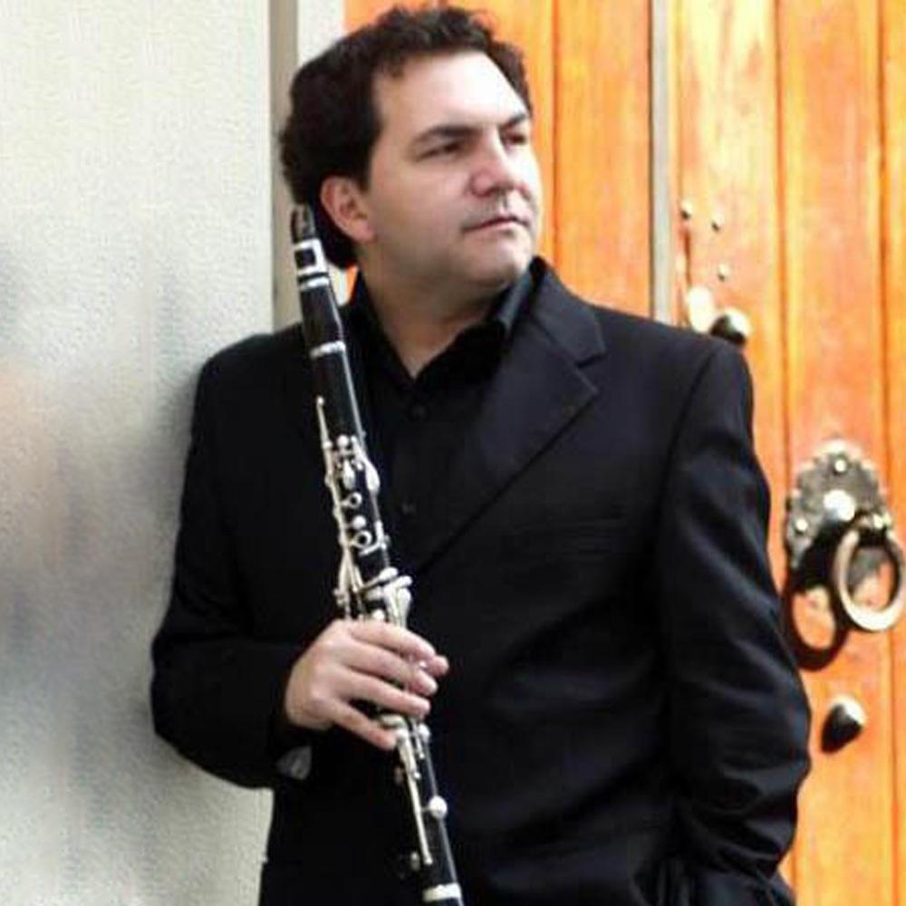 Hombre de negro con clarinete en la mano