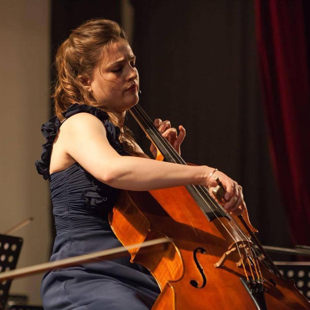mujer tocando violoncello