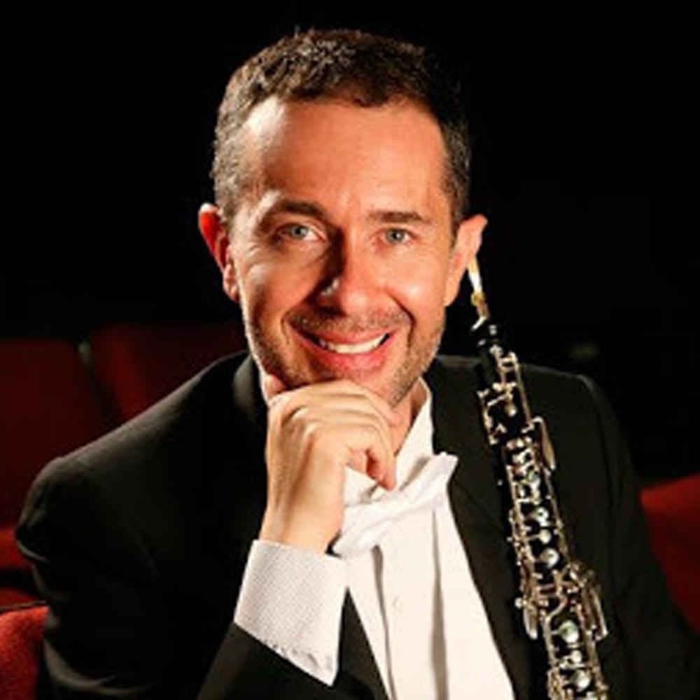 hombre de gala con oboe
