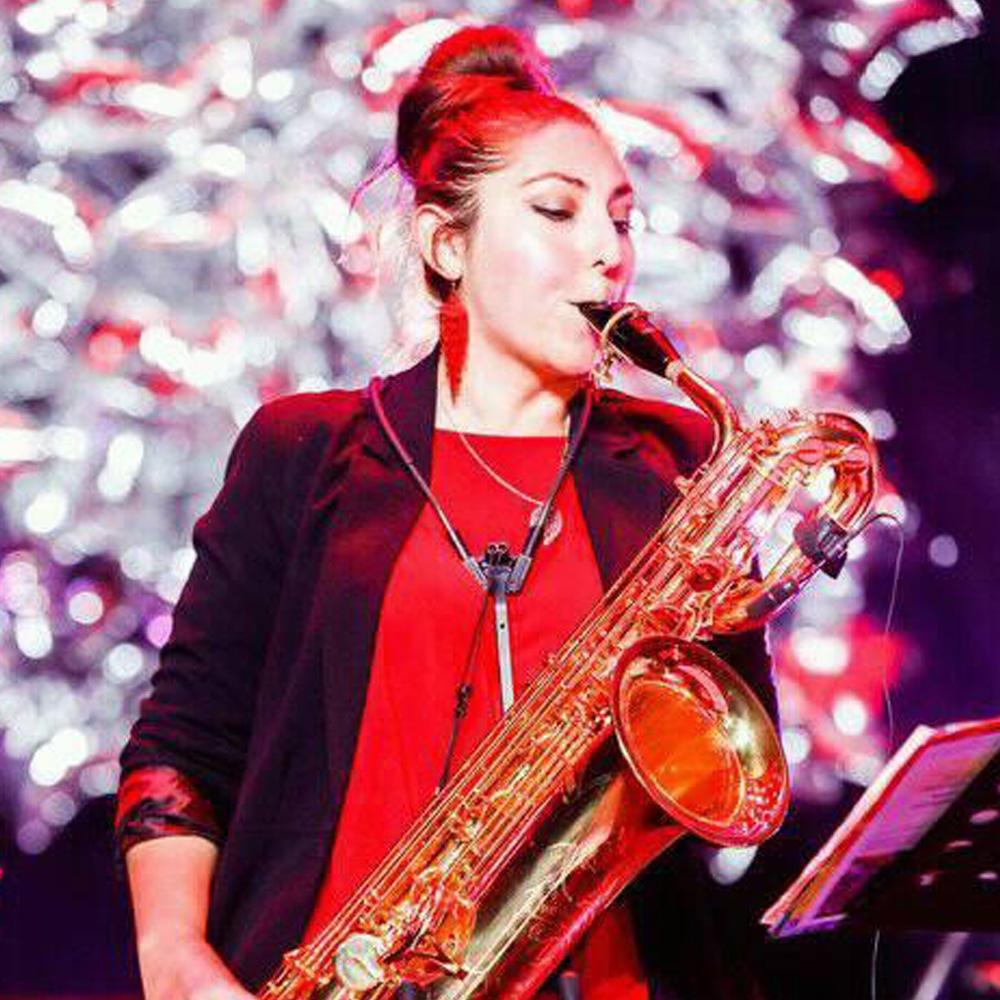 mujer tocando el saxofon
