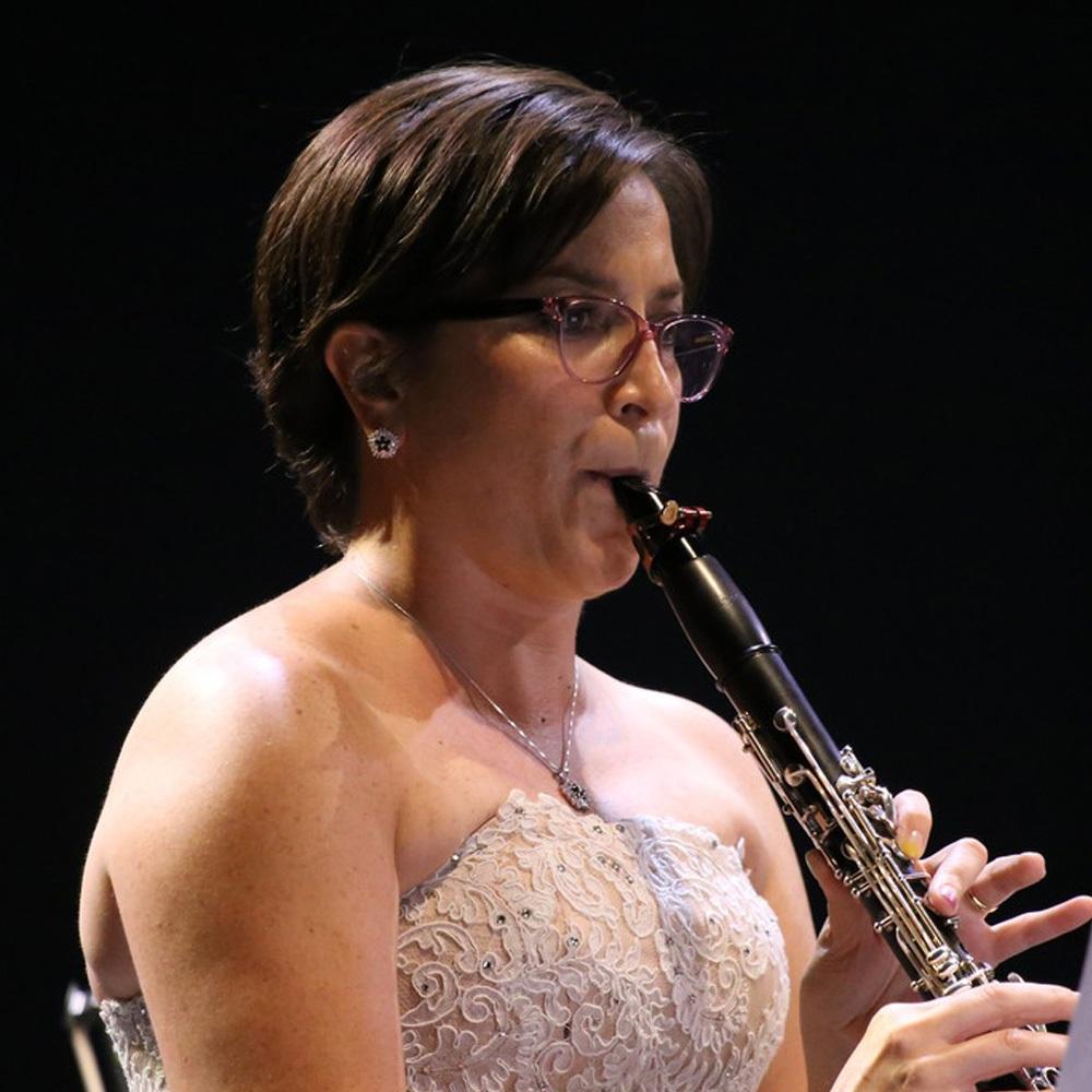 mujer tocando el clarinete