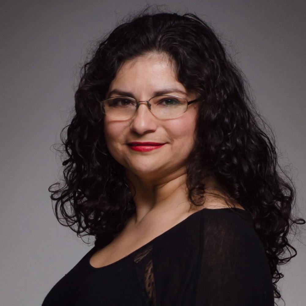 mujer con lentes de medio lado