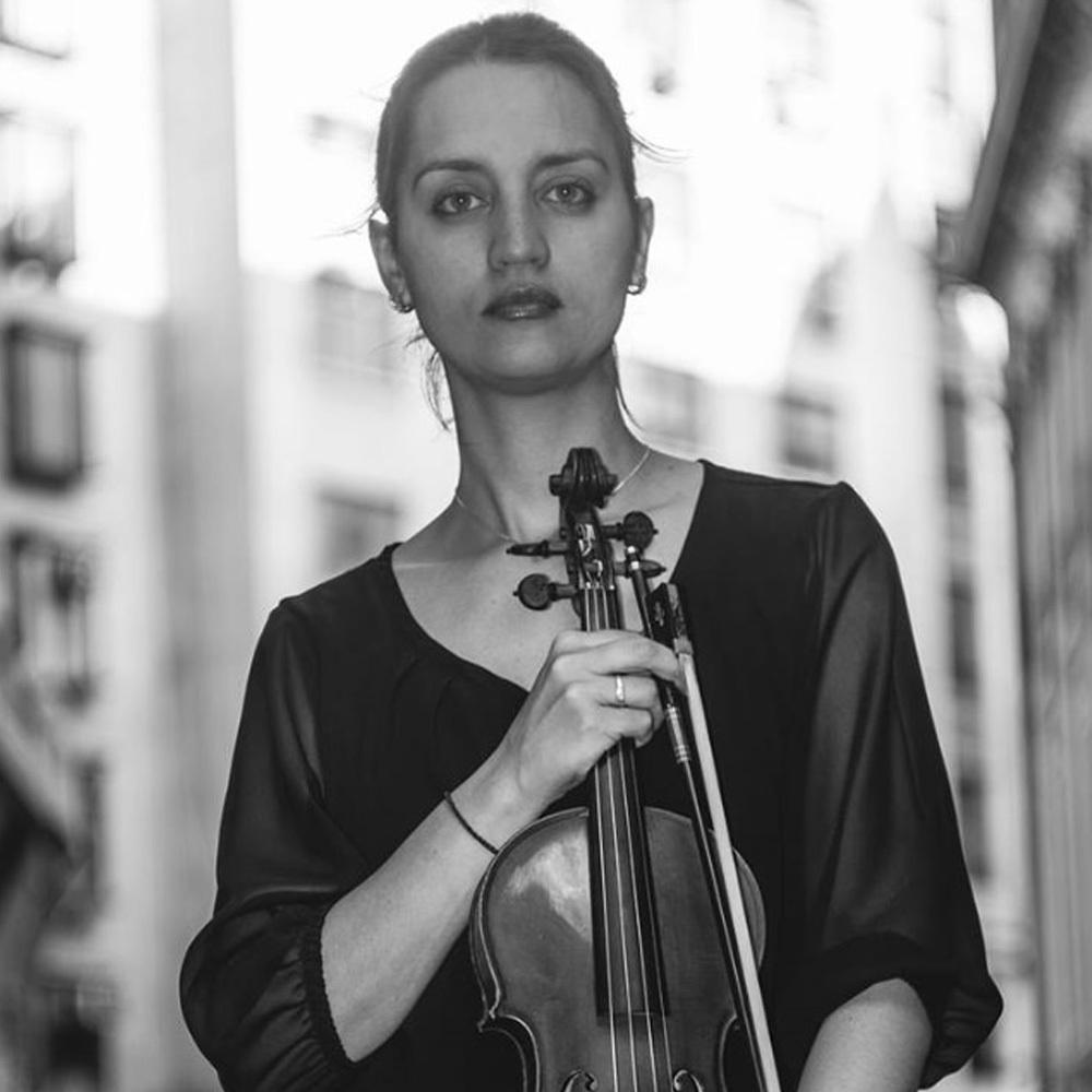 mujer violinista cargando su instrumento