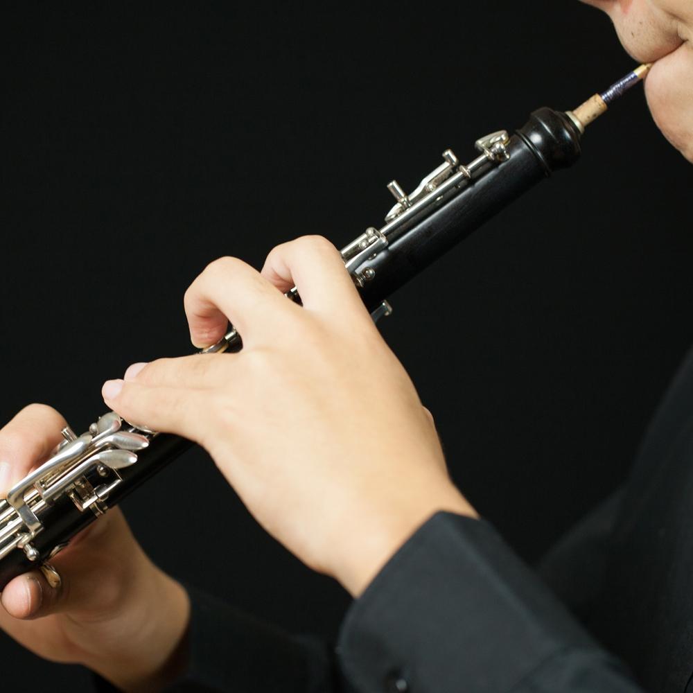 musico tocando oboe