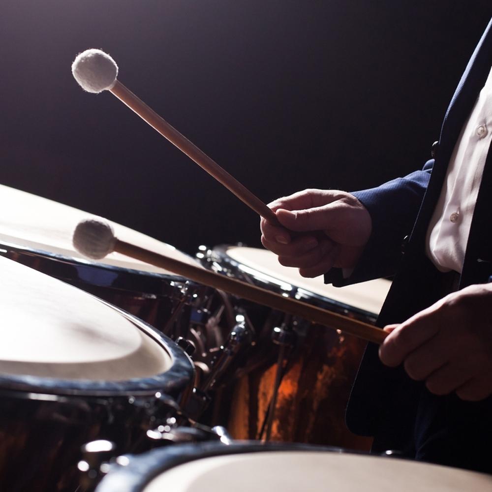 musico tocando instrumento de percusion