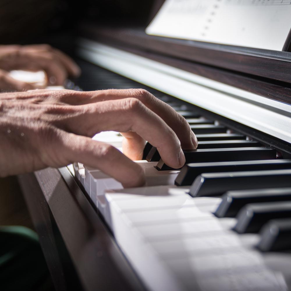 Hombre tocando piano