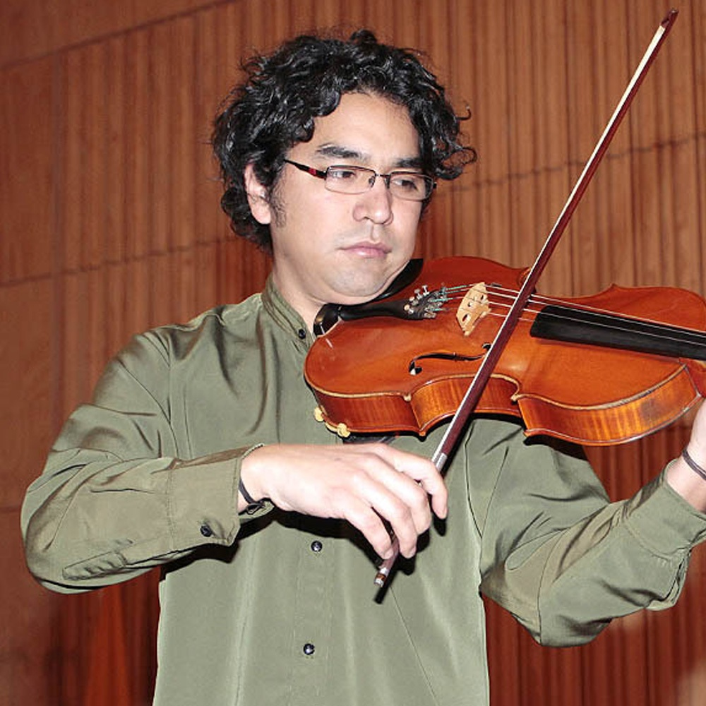 Hombre tocando la viola
