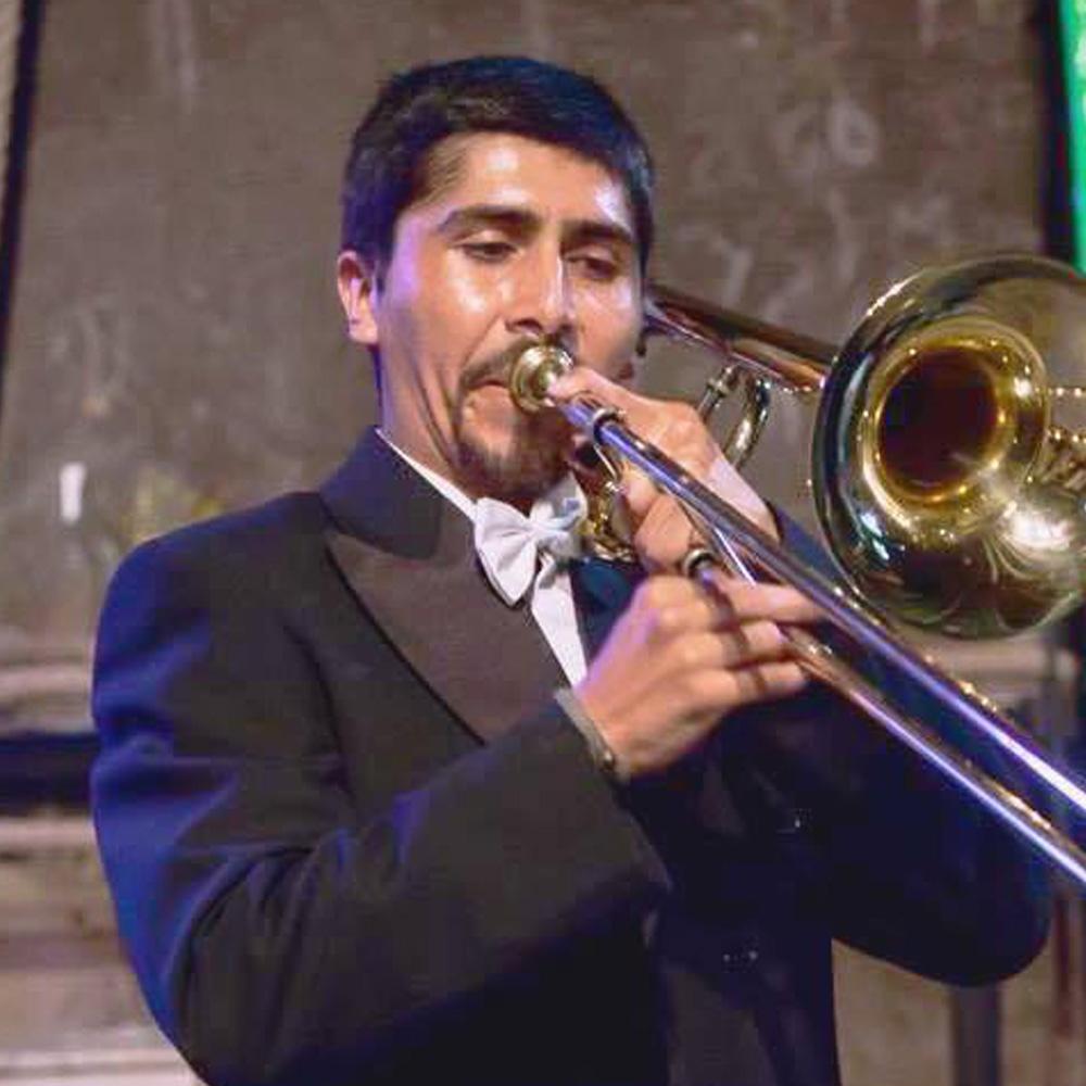 hombre ocando el trombon