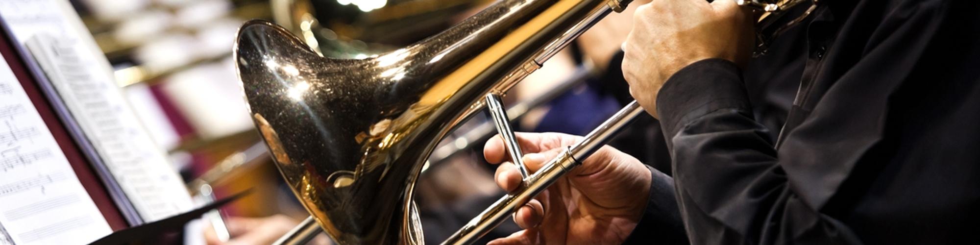 musicos tocando trombon