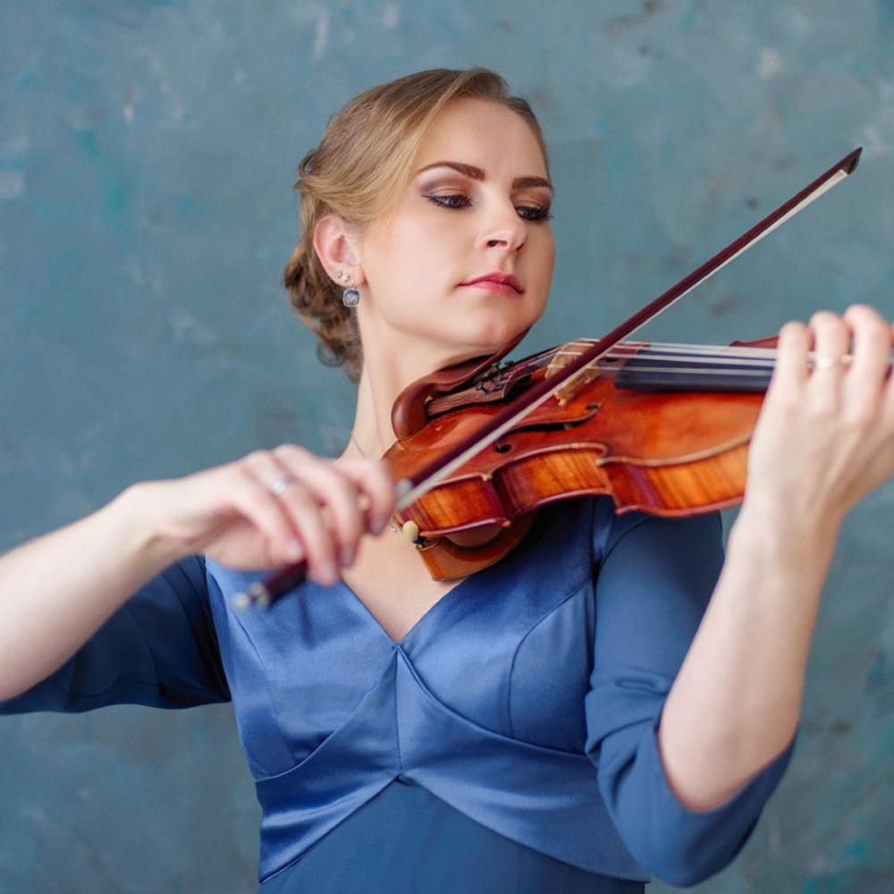 mujer violinista tocando