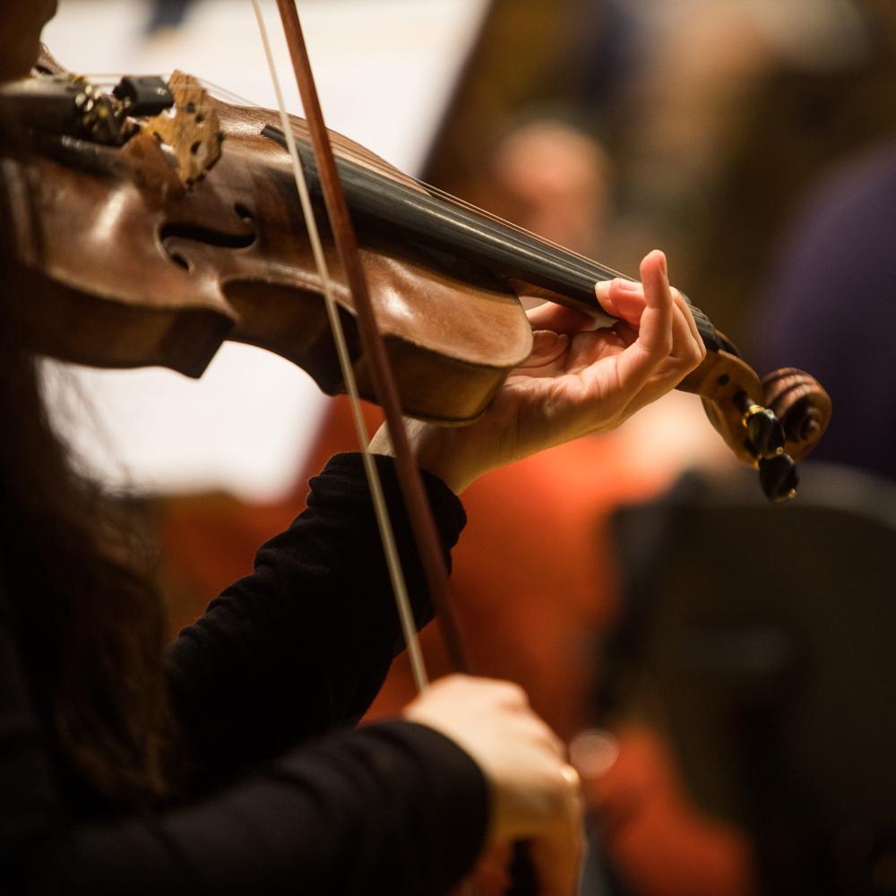 mujer de negro tocando violin