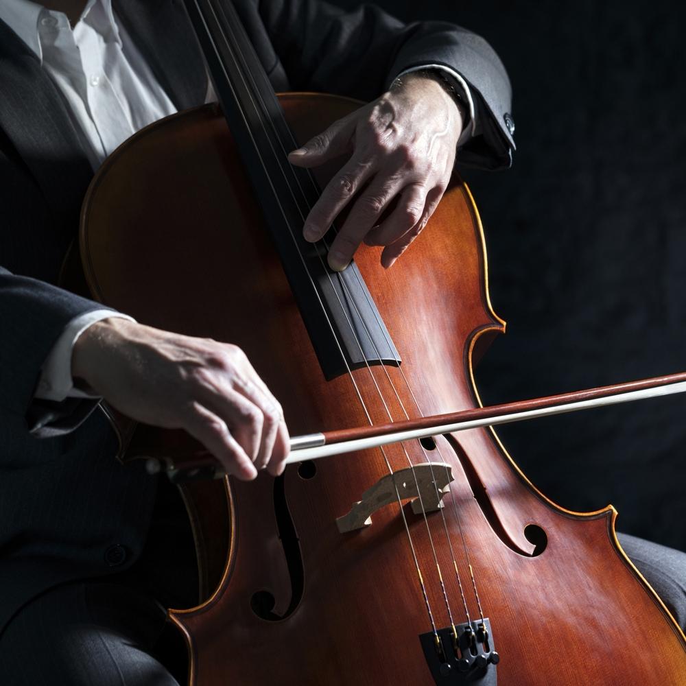 musico tocando violoncello