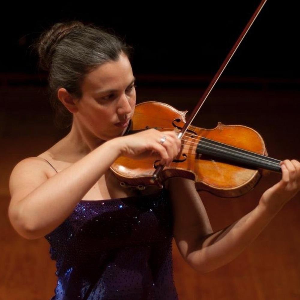 Mujer de pelo tomado tocando el violín vestida de gala
